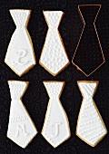 Mürbteigplätzchen (Krawatten) mit weissem Zuckerguss