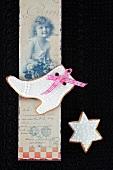 Mürbteigplätzchen mit weißem Zuckerguss, nostalische Postkarte