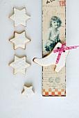Mürbteigplätzchen mit weißem Zuckerguss und nostalgische Postkarte