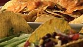 Mehrere Taco-Shells und Quesadillas