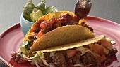 Taco-Shells mit Hackfleisch und Salsa