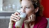 Frau trinkt Latte Macchiato