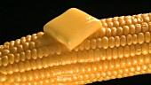 Zerlaufende Butter auf einem Maiskolben