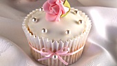 Cupcake mit Marzipanrose und Silberperlen