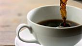 Eine Tasse Kaffee einschenken