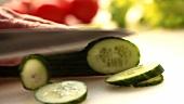 Salatgurke in Scheiben schneiden