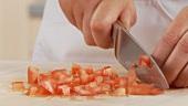 Tomaten in kleine Würfeln schneiden