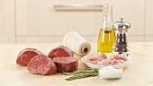 Filet Mignon, Baconscheiben, Küchengarn und Gewürze