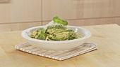 Spaghetti con pesto alla genovese (Nudeln mit Basilikumsauce)