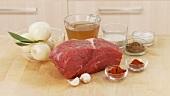 Zutaten für Gulasch: Rinderschulter, Zwiebel, Knoblauch und Gewürze