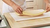 Biskuitplatte auf ein Tuch geben