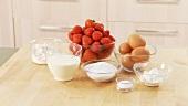 Frische Erdbeeren, Eier, Zucker und Sahne