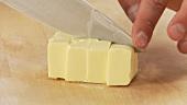 Butter in Stücke schneiden