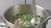 Making cream of pea soup (German Voice Over)
