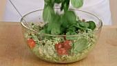 Hähnchen-Orzo-Salat mit Pesto zubereiten