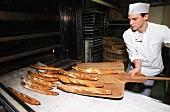Bäcker beim Baguette backen