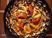 Paella dekorativ angerichtet in einer Paella Pfanne