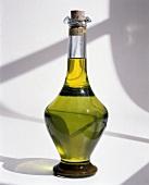 Eine Flasche Olivenöl