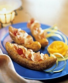 Gebratene Kochbanane mit Schinken, Käse & Kirschen gefüllt