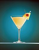 Zitronenmartini mit Cocktailkirsche & Orangenscheibe