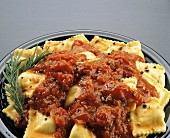 Ravioli mit Tomatensauce, Pfefferkörnern & Rosmarinzweig