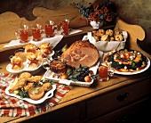 Weihnachtsbuffet mit Schinkenbraten und vielem mehr