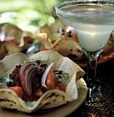 Tostadas gefüllt mit Hackfleisch & Salat & ein Margarita