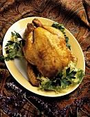 Ganzes gebratenes Hähnchen auf Platte mit Salatgarnitur