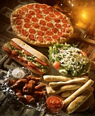 Fast Food: Salamipizza, Sandwich, Buffalo Wings, Salat, Brot