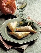 Gefüllte Teigtaschen aus Filloteig auf Teller