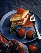 Blätterteigpastete mit Vanillecreme & Erdbeeren gefüllt