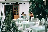 Zwei Frauen sitzen an einem Tisch in Cafe im Freien