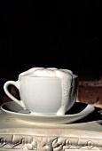 Eine Tasse Cappuccino mit überschäumendem Milchschaum