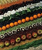 Früchte, Brokkoli, Pilze und Hülsenfrüchte in Reihen