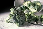 Brokkoli vor und in einem Sieb