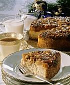 Cranberrykuchen auf Teller; Teetasse; Milch
