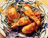 Toskanische Hähnchenschenkel auf grünen Fettucine