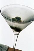 Kalter Martini mit Oliven im Martiniglas