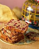 Einige Scheiben Cranberrybrot auf einem Teller