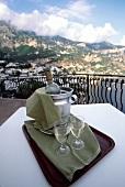 Weisswein auf Balkon mit Blick auf italienische Landschaft