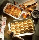 Stillleben mit rohen und gebackenen Gnocchi alla Romana