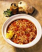 Gemüsesuppe mit Spaghetti, Staudensellerie und Tomaten