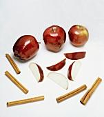 Äpfel, Apfelschnitze, Zimtstangen