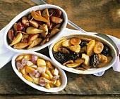Verschiedene jüdische Eintöpfe (Zimmes) mit Obst & Gemüse