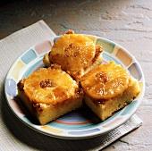 Drei Stücke gestürzter Ananaskuchen auf Teller