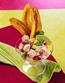 Lachs-Garnelen-Ceviche mit Bananenchips