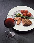 Gegrilltes Steak mit Bohnen und Kartoffeln; Rotweinglas