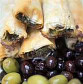Filloteig mit Oliven-Spinat-Füllung