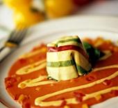 Tortello colorato (Gefüllte Nudel auf Tomatencreme)