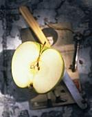 Halbierter Apfel mit Messer auf alter Postkarte